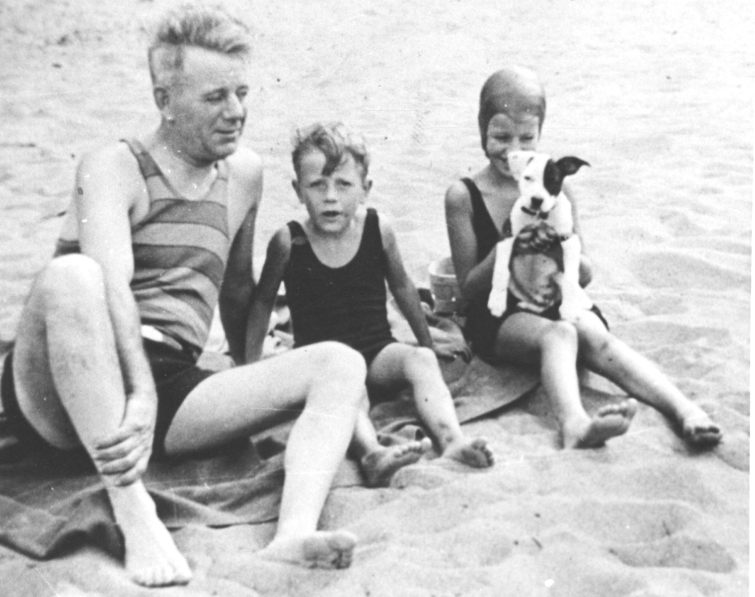 The John W. Thomas family enjoys a day at the beach along Lake Erie at Linwood on the Lake, Vermillion, Ohio, 1930s. Marian Nelson papers, 1998.0042, Detre Library & Archives, Heinz History Center.