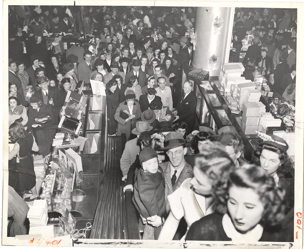 Holiday shoppers crowd the escalator at Horne's Department Store, 1945. | Heinz History Center
