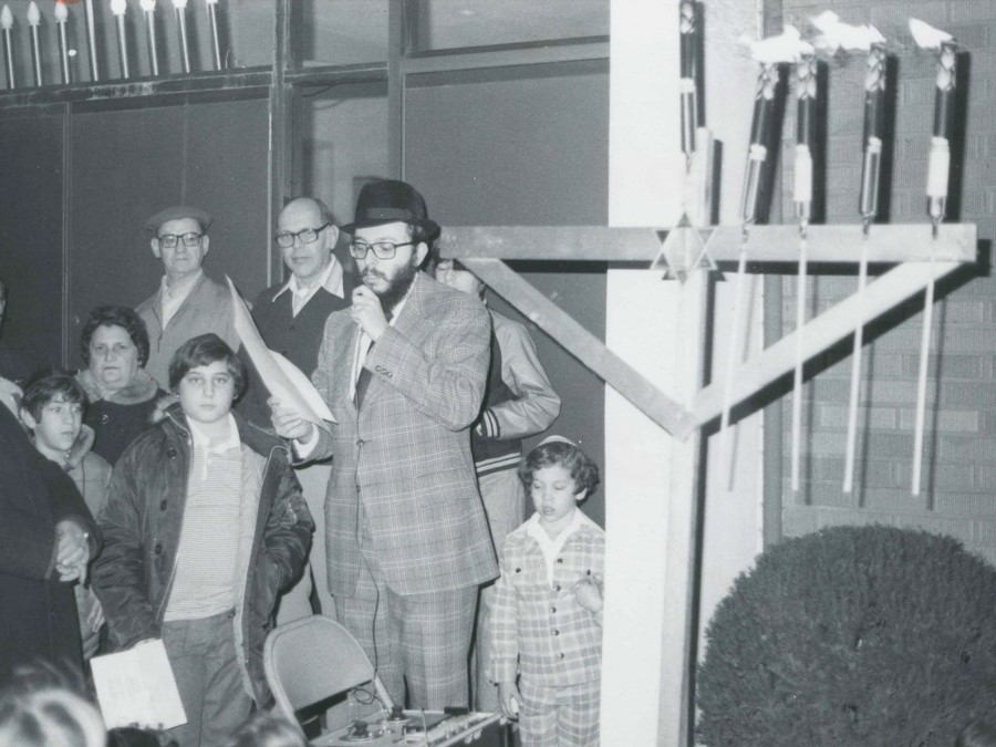 Hanukkah at B'nai Emunoh c. 1975. Jewish Chronicle Archives, Rauh Jewish History Program & Archives at the Heinz History Center.