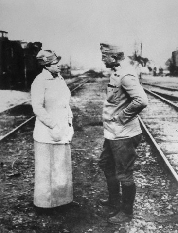 Bly talking to an Austrian officer in Poland, 1914. Courtesy of Wikimedia Commons.